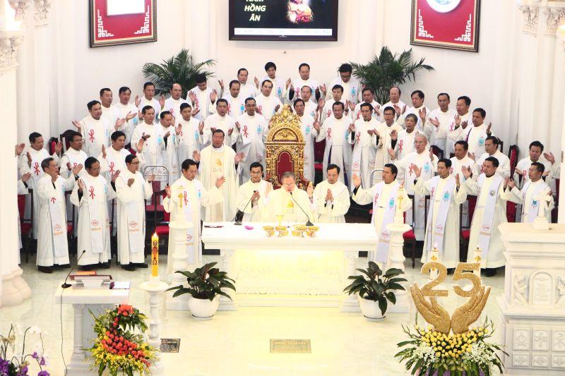 Thánh Lễ Mừng Ngân Khánh Linh Mục của Đức TGM Giuse Nguyễn Chí Linh tại Thanh Hóa