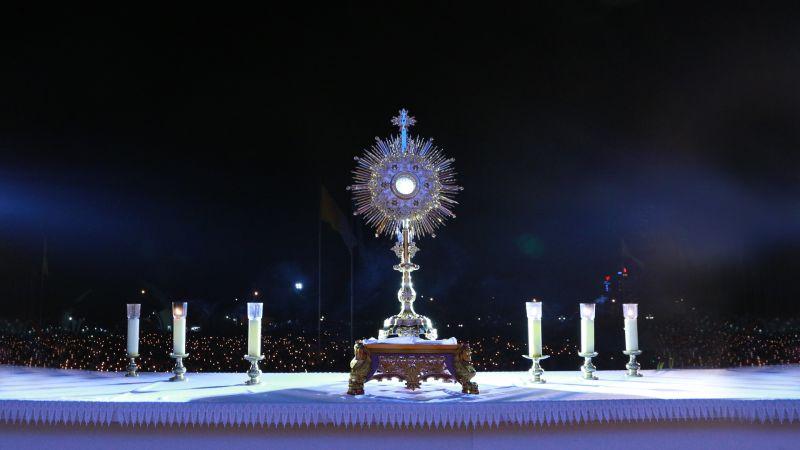 Chầu Thánh Thể trong Đại Hội Giới Trẻ: Một Đêm Với Chúa